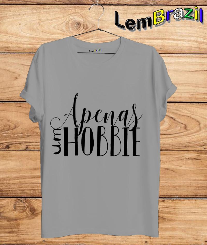 Camiseta Apenas Um Hobbie LemBrazil. Agora a LemBrazil tem confecção própria! Camiseta 100% Algodão 30/1 fio penteado com reforço ombro a ombro, Camisetas de primeira linha
